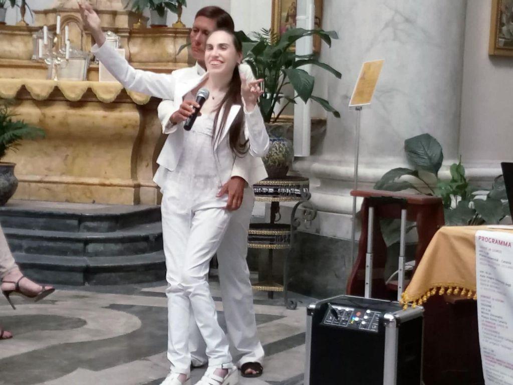 Alfina,-lascia-la-sedia-a-rotelle-per-cantare-con-la-sua-voce-angelica
